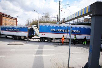 Lastbil fastnade i viadukt