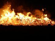 Brand i större rishög
