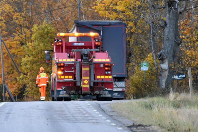 Lastbilssläp välte utanför Strängnäs