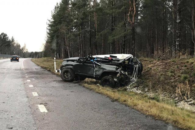 Bil voltade på väg 230