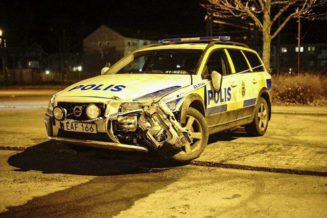 Polisbil och personbil krockade