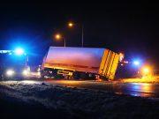 Lastbil körde av väg 230