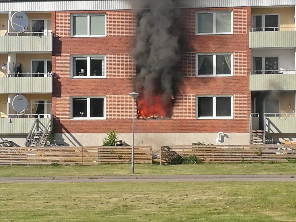 Boende evakuerade efter brand i lagenhet